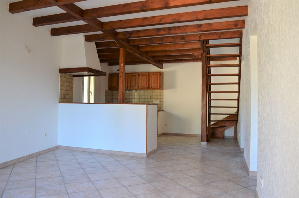 JONQUIERES Maison duplex avec cour privative